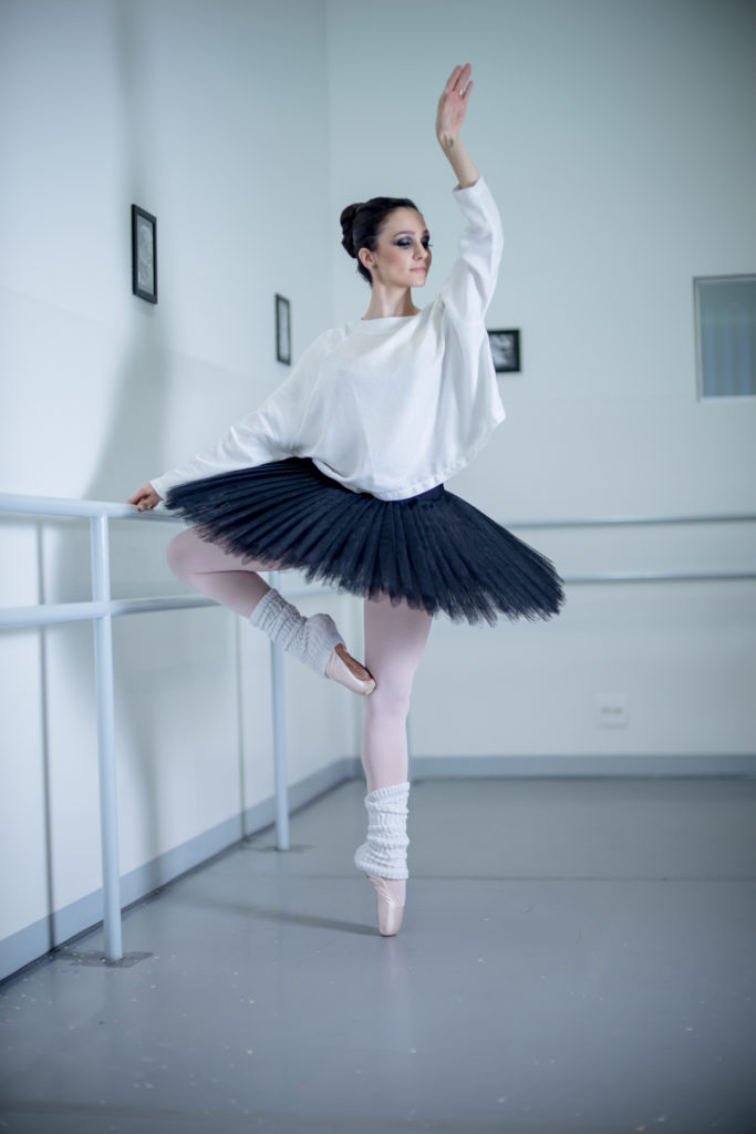 c9030e837d Neste ensaio destacam-se os elementos clássicos do ballet como o tutu