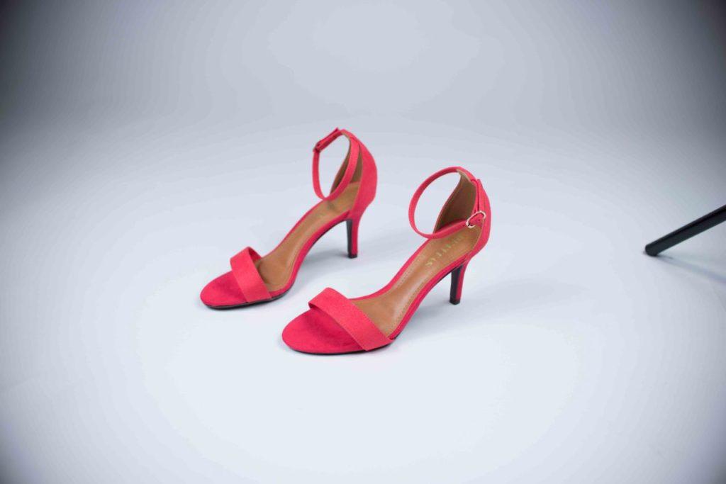7ca689271 ... amarelo, vermelho, azul, etc. Vale a pena trazer as sandálias coloridas  como o ponto de cor da produção ou até mesmo combinando com outros tons  mais ...