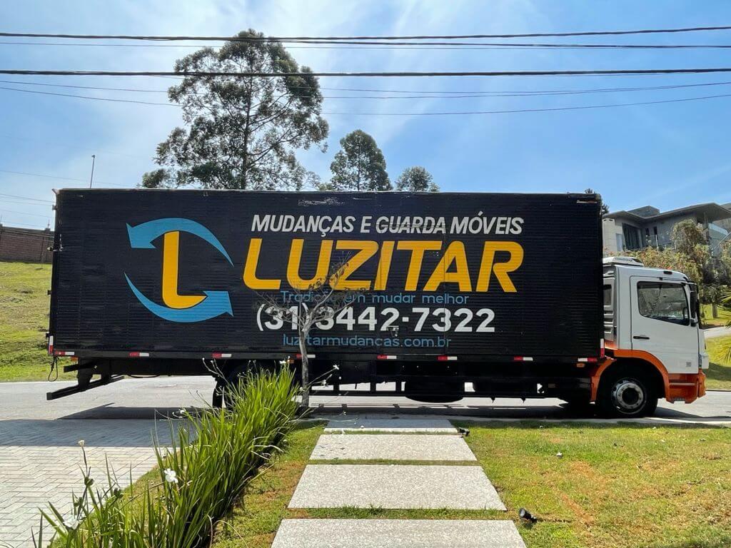 foto do caminhão da luzitar, empresa de mudança em BH na frente da minha casa nova